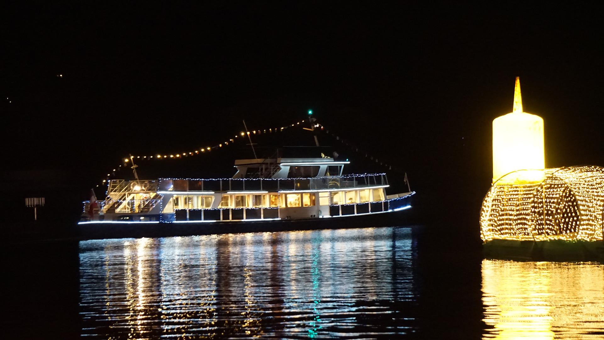 Bild: Veldener Advent Engerlschiff vor schwimmendem Adventskranz