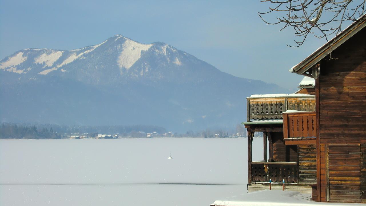 Bootshaus am zugefrorenen Wolfgangsee