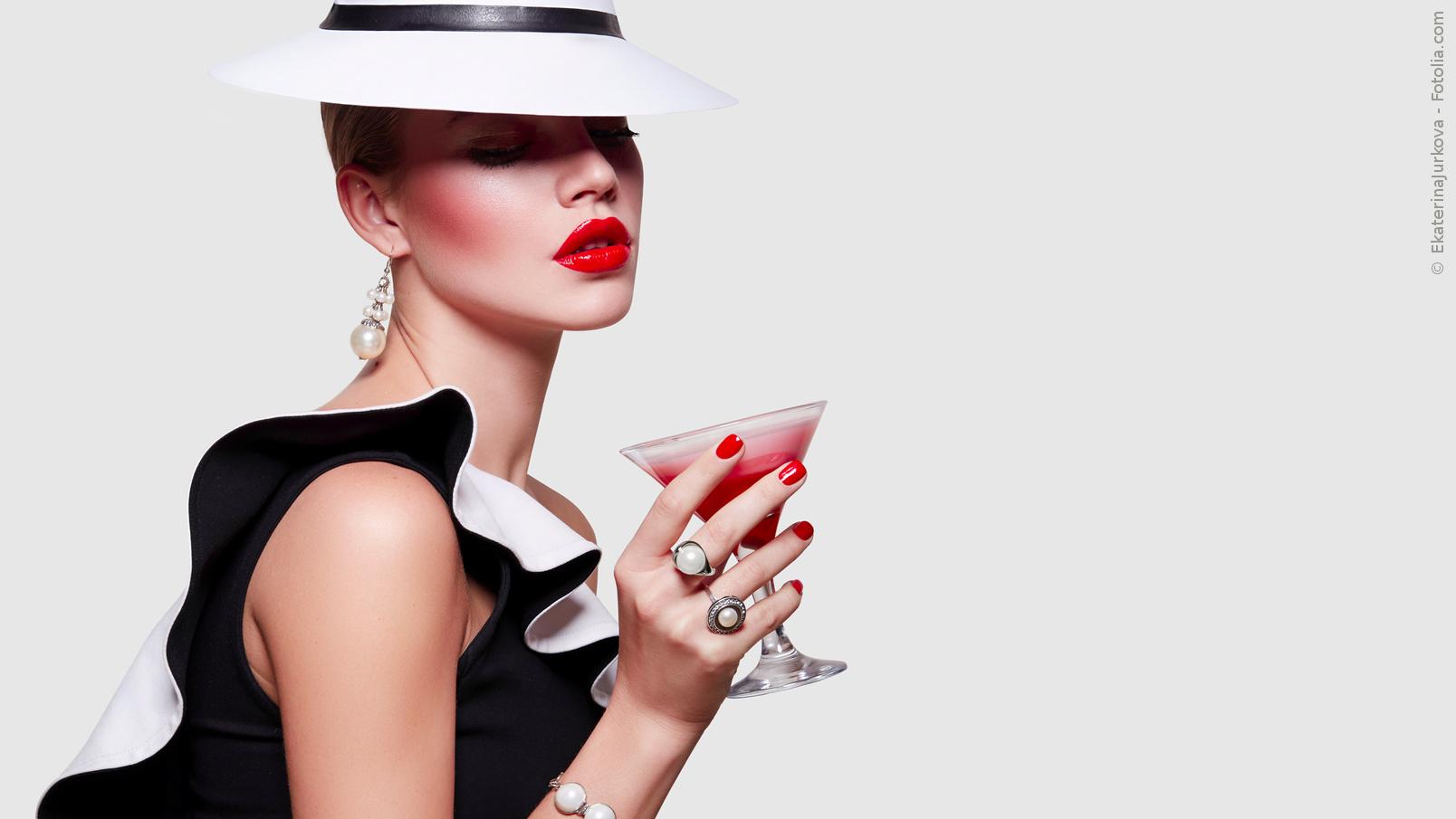 Frau im Partykleid mit Cocktail, Hut und Accesoires | © EkaterinaJurkova - Fotolia.com