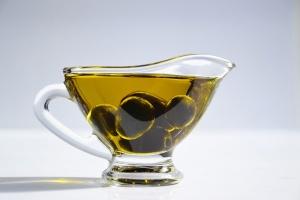 Oliven mit Öl in einer Glasschale